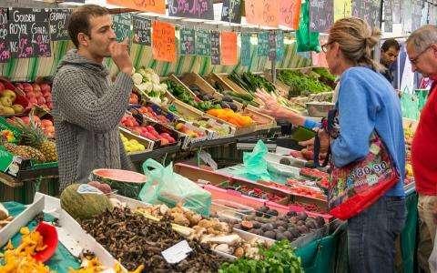 Les marchés parisiens : lieux d'échanges incontournables