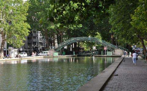 A charming walk and picnic by the Canal Saint Martin