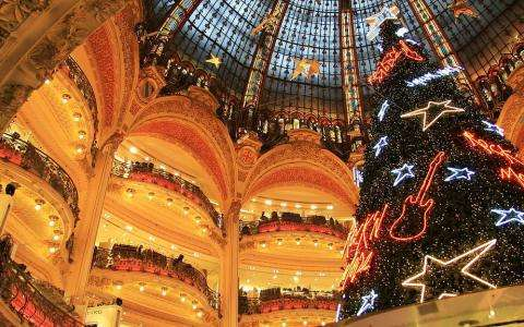 Shopping and Christmas windows in Paris